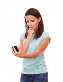 Schönheit, die auf ihrem Mobiltelefon schaut Lizenzfreies Stockfoto