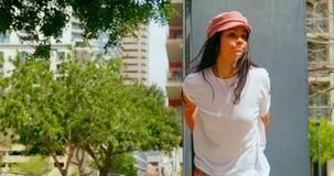 Schönheit, die auf Säule in der Stadt 4k sich lehnt stock video footage