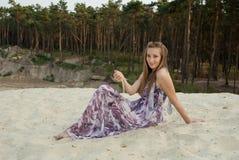 Schönheit, die auf Sand nahe Holz der Kiefer funning ist Lizenzfreie Stockfotos