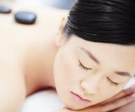 Schönheit, die Badekurort heiße Stein-Massage erhält stockfotografie