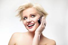 Schönheit, die das Telefon spricht Lizenzfreie Stockfotografie