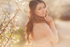 Schönheit, die draußen, nette Frau genießt. lizenzfreies stockfoto