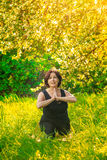 Schönheit, die draußen Yoga auf grünem Gras tut stockfoto