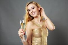 Schönheit, die ein Glas Champagner isst Lizenzfreies Stockbild