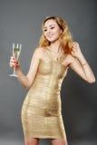Schönheit, die ein Glas Champagner isst Lizenzfreie Stockbilder