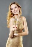 Schönheit, die ein Glas Champagner isst Stockfoto