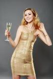 Schönheit, die ein Glas Champagner isst Stockbild