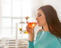 Schönheit, die ein Glas rosafarbenen Wein schmeckt Lizenzfreie Stockfotografie