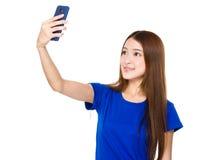 Schönheit, die ein selfie mit Smartphone nimmt lizenzfreie stockfotografie