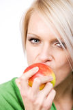 Schönheit, die in einen frischen Apfel beißt Lizenzfreies Stockfoto