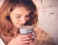 Schönheit, die einen Kaffee in ihrem Bett trinkt Enthalten Sie Steigungs- und Ausschnittsmaske Lizenzfreie Stockfotos