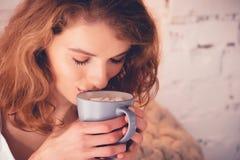 Schönheit, die einen Kaffee in ihrem Bett trinkt Enthalten Sie Steigungs- und Ausschnittsmaske Lizenzfreie Stockfotografie