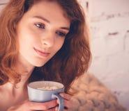 Schönheit, die einen Kaffee in ihrem Bett trinkt Enthalten Sie Steigungs- und Ausschnittsmaske Stockbilder