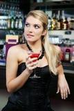 Schönheit, die einen Martini an der Bar trinkt Lizenzfreie Stockfotografie