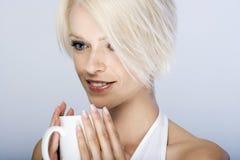 Schönheit, die einen Tasse Kaffee savouring ist Lizenzfreie Stockfotos