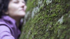 Schönheit, die einsam und im Wald hoffnungslos sich fühlt Stockbilder