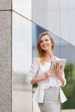 Schönheit, die elektronischen Vorsprung verwendet Lizenzfreie Stockfotos