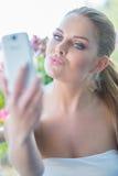 Schönheit, die für ein selfie auf ihrem Mobile aufwirft Stockbild