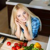 Schönheit, die Gemüsesalat zubereitet Lizenzfreie Stockfotos