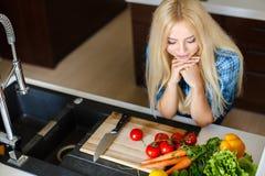 Schönheit, die Gemüsesalat zubereitet Lizenzfreie Stockfotografie