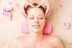 Schönheit, die Gesichtsmassage am Badekurortstudio genießt Lizenzfreies Stockbild