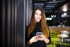 Schönheit, die am Handy, junge Frau in der Textnachricht der guten Laune Leseam Zelltelefon plaudert lizenzfreie stockfotos