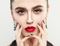 Schönheit, die ihr Gesicht ihre Hand mit Maniküre berührt lizenzfreie stockbilder