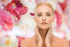 Schönheit, die ihre Gesichtshaut berührt Lizenzfreies Stockfoto