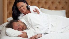 Schönheit, die ihren schlafenden Ehemann aufwachend versucht stock video footage