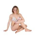 Schönheit, die im Bikini sitzt Lizenzfreie Stockbilder