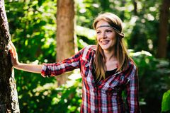 Schönheit, die im Wald lächelt Lizenzfreies Stockfoto