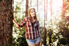 Schönheit, die im Wald lächelt Stockfotografie