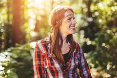 Schönheit, die im Wald lächelt Lizenzfreie Stockbilder