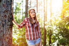 Schönheit, die im Wald lächelt Stockbilder