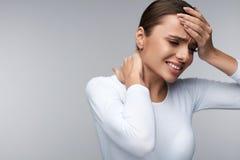 Schönheit, die, Kopfschmerzen, schmerzliche Körper-Schmerz habend krank sich fühlt Lizenzfreie Stockfotos