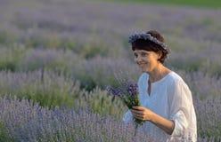 Schönheit, die Lavendel hält Lizenzfreies Stockfoto