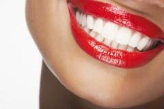 Schönheit, die mit den roten Lippen lächelt Stockfotos