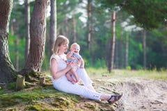 Schönheit, die mit einem Baby spielt Stockbild