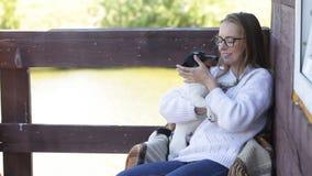 Schönheit, die mit ihrem Hund spielt Im Freienportrait serie stock video footage