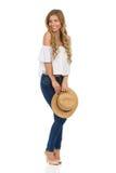 Schönheit, die mit Staw-Hut aufwirft Stockfotografie