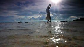 Schönheit, die mit weißem Schleier in dem Meer geht stock video
