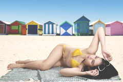Schönheit, die nahe dem Häuschen ein Sonnenbad nimmt Lizenzfreies Stockfoto