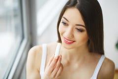 Schönheit, die Pille, Medizin einnimmt Vitamine und Ergänzungen lizenzfreie stockfotos
