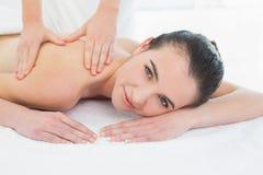 Schönheit, die Rückenmassage am Schönheitsbadekurort genießt Lizenzfreies Stockfoto