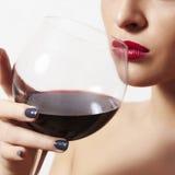Schönheit, die rote wine.wineglass.red-Lippen trinkt Stockfoto
