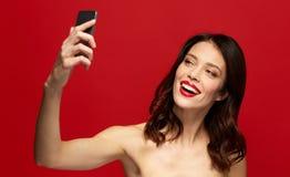 Schönheit, die selfie mit Smartphone nimmt Lizenzfreies Stockfoto