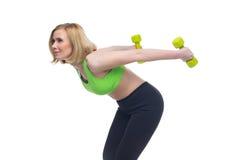 Schönheit, die Sportübung mit Dummköpfen tut Lizenzfreie Stockfotografie