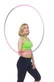 Schönheit, die Sportübung mit hula Band tut Lizenzfreies Stockbild
