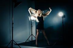 Schönheit, die am Studio in den hellen Blitzen aufwirft Stockfotos