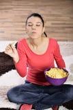 Schönheit, die ungesunde Fertigkost isst Lizenzfreie Stockfotos
